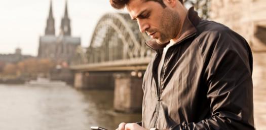 Joven viajando con aplicación móvil