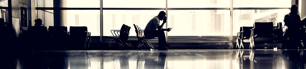 Un viajero sin seguro de viaje espera tras perder su avión