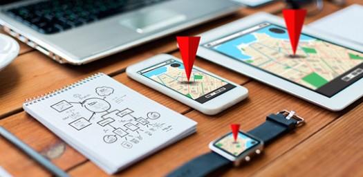 Un hombre consulta una de sus apps para viajar.