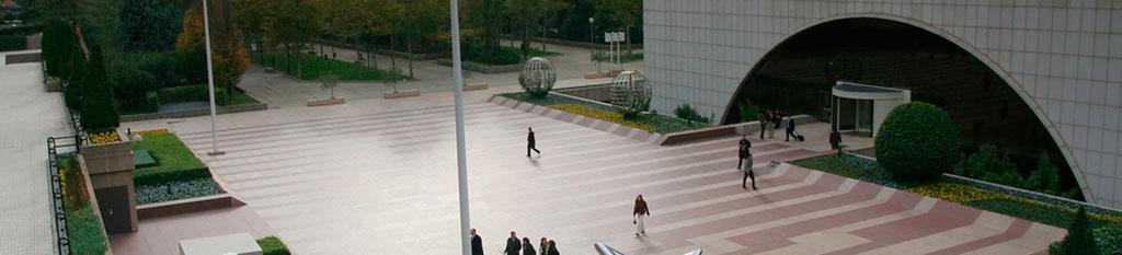 Entrada a la torre Picasso, en la zona financiera de Madrid.