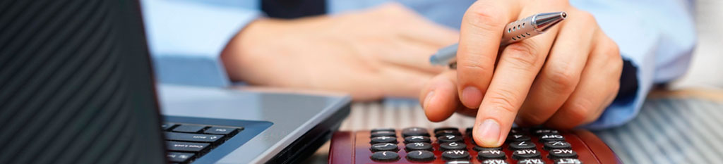 Un trabajador calcula los gastos de las empresas.