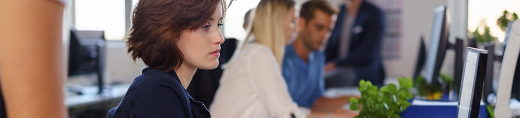 Mujer gestionando viajes de empresa desde oficina