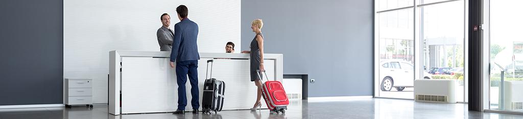 viajeros en la recepción de un hotel