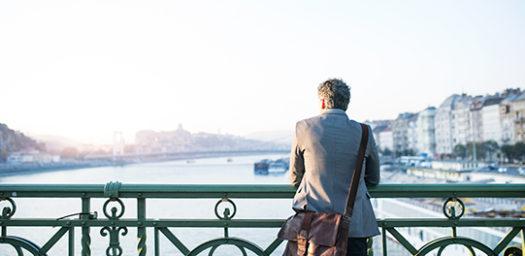 Viajero de negocios visitando ciudad