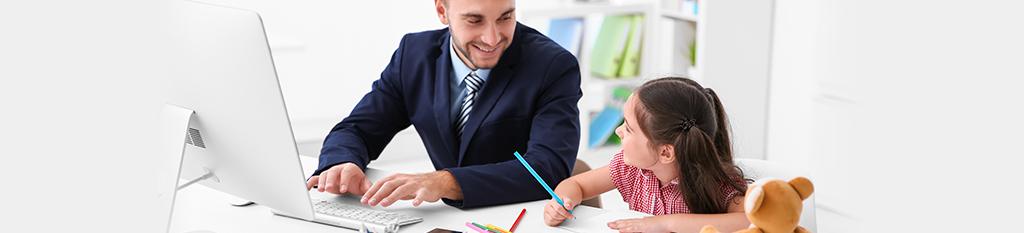 Hombre trabajando en el ordenador con su hija