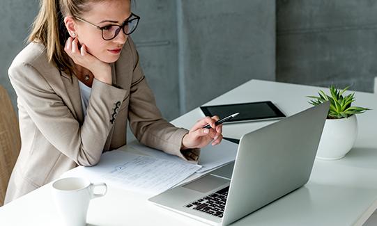 Travel Manager trabajando en la oficina