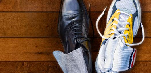 Zapato de vestir junto a zapatilla de deporte