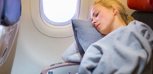 Viajera durmiendo en avión