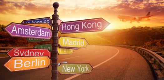 Imagen con carteles para indicar en qué dirección se encuentra cada país para dar la vuelta al mundo