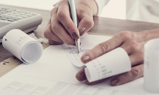 Administrativo contable verificando gastos de viaje