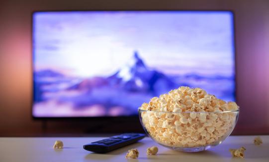 Bowl de palomitas para ver película en televisión
