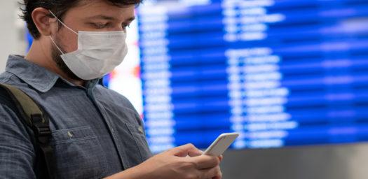 Viajero internacional consultando teléfono
