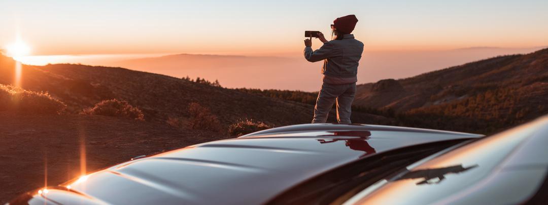 Viajera sacando foto en mirador de carretera
