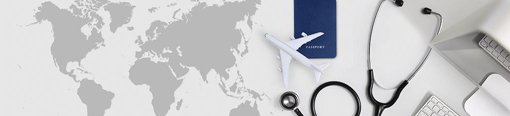 mapa mundi en oficina con pasaporte y material medico